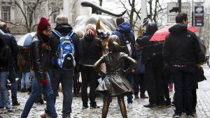 Ihmiset ympäröivät naistenpäivän kunniaksi maaliskuussa 2017 Wall Streetille pystytetyn Fearless Girl -patsaan.