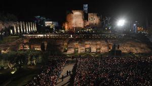 Paavi Franciscus johti perinteisen pitkänperjantain Via Crucis -ristisaaton Rooman Colosseumille.
