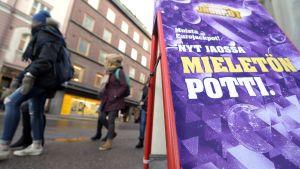 Eurojackpotin mainos Helsingissä.