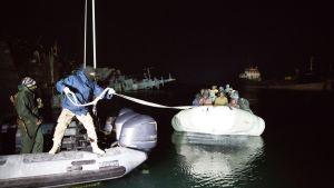 Siirtolaisia pelastetaan Tripolin lahdella helmikuussa 2017.