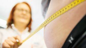 Miehen vyötärön mittaus
