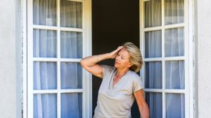 nainen avoimessa ikkunassa