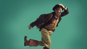Rovaniemen teatterin näyttelijä Marko Syysmaa juoksemassa Nätti-Jussin rooliasussa, vasen jalka vinksallaan.