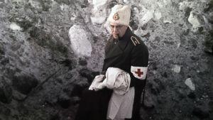 Ruotsalainen sotalääkäri pommikuopassa.