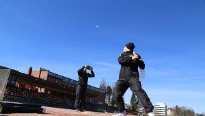Kouvolan Pallonlyöjät harjoittelee pesäpallostadionilla