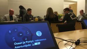 Työnhakijat ja työnantajat keskustelemassa mätsäyksessä Savonlinnassa.