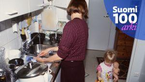 Äiti ja lapsi keittiössä.