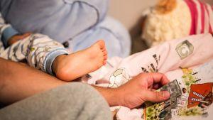 vauvan jalka ja isän käsi