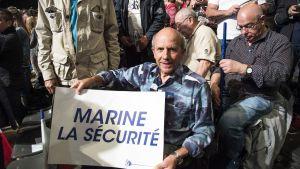 mies plakaatin kanssa