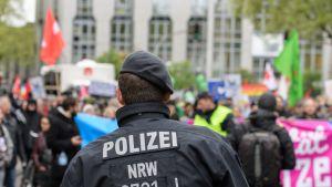 Poliisi seisoo mielenosoittajien edessä
