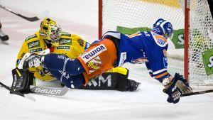 Juuso Riikola kaatoi Jukka Peltolan ottelun lopussa. Eero Kilpelä seurasi tilannetta taustalla.