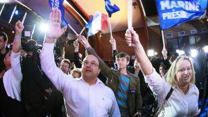 Kansallinen rintama -puolueen kannattajat odottivat Marine Le Penin puhetta Henin-Beaumontissa sunnuntaina.