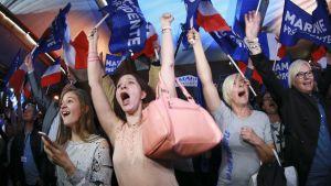 Marine Le Penin kannattajat juhlivat vaalitulosta Henin-Beaumontissa sunnuntaina.