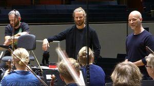 Dima Slobodeniouk, Lasse Enersen ja Aku Louhimies Tuntematon sotilas -elokuvan musiikkia äänittämässä Lahden Sibeliustalossa.