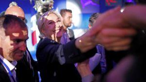 Marine Le Pen tapasi kannattajiaan vaalituloksen selvittyä Henin-Beaumontissa 23. huhtikuuta.