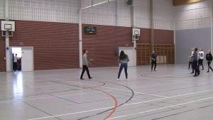 Välituntiliikuntaa Ruskon Maunun koulussa.