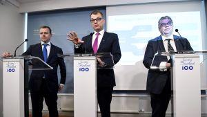 Valtiovarainministeri Petteri Orpo, pääministeri Juha Sipilä ja ulkoministeri Timo Soini hallituksen puoliväliriihen tiedotustilaisuudessa Kesärannassa Helsingissä 24. huhtikuuta 2017.