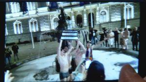 Tapparan pelaajat pääsivät Keskustorin suihkulähteelle.