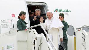 Paavi Franciscus lähdössä Egyptiin Fiumicinon lentokentällä Italiassa 28. huhtikuuta.