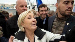 Marine Le Pen tapasi kannattajiaan Le Grau-du-Roissa, etelä-Ranskassa torstaina.