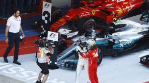 Valtteri Bottas ja Sebastian Vettel kättelevät maalissa.