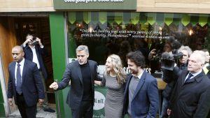 George Clooney (toinen vas.) tapaamassa Social Bite -ravintolan perustajia Alice Thompsonia ja Josh Littlejohnia Edinburghissa, Skotlannissa marraskuussa 2015.