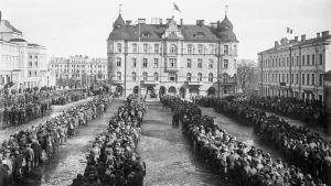 Punavankeja Tampereen Keskustorilla 6.4.1918
