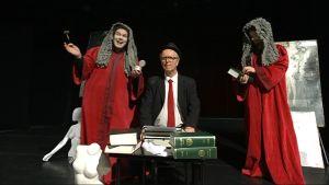Hulvattomat tuomarit ja syyllinen Josef K. (Juha Karhu) Rovaniemellä esitettavässä näytelmässä Oikeusjuttu.
