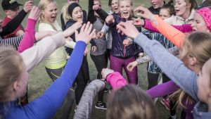 Liikunnanopettaja Essi Rantala ja Perhon keskuskoulun oppilaat valmistautuvat Kokkola City Runiin.
