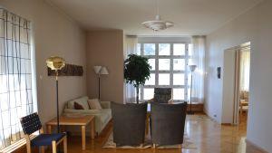 Yli-insinöörin asunnoksi rakennetun talon olohuone kalustettuna Alvar Aallon suunnittelemilla huonekaluilla.