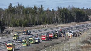 Linja-auto jäänyt onnetomuudessa kallelleen pientareelle moottoritiellä Haminassa