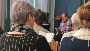 Uudistettujen Siionin virsien läpiveisuu aloitettiin perjantaina iltapäivällä Lapuan Wanhassa Karhunmäessä matkaveisaaja Jaakko Löytyn johdolla.