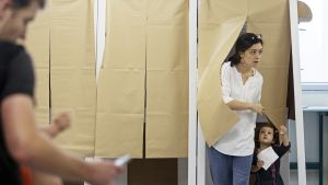 Ihmiisä tulossa äänestyskopista.