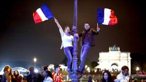 Ihmiset juhlivat Macronin voittoa.