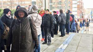 Arviolta sata ihmistä jonottaa Tampere-talon ulkoportailla