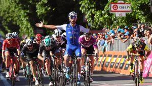 Kolumbian Fernando Gaviria polki maantiepyöräilyn Italian ympäriajossa vitosetapin voittoon.