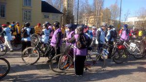 Pyöräilijöitä Marian aukiolla
