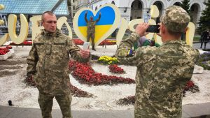 Ukrainalaissotilaat poseeraavat Kiovan Euroviisuissa.