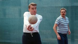 Mauno Koivisto pelaamassa lentopalloa