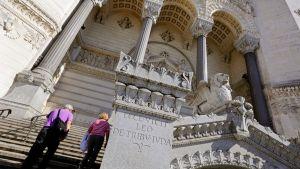 Mies ja nainen nousevat museoon Lyonissa Ranskassa.