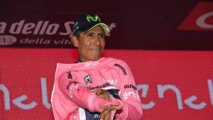 Nairo Quintana vetää Italian ympäriajon kokonaiskilpailun johtajan paidan ylleen.