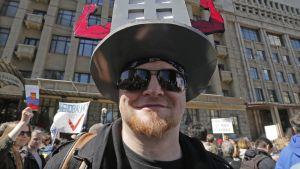Mielenosoittaja hassu hattu päässä.