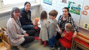 Ristiinan päiväkodin työntekijöitä lasten kanssa