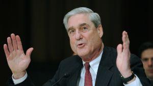 Robert Mueller elehtii käsillään.