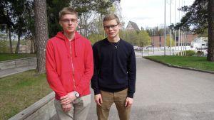 Lohjan Yhteislyseon lukion oppilaat Otso Nieminen ja Timo Syvälahti.