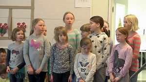 Partalan koulun oppilaita laulamassa