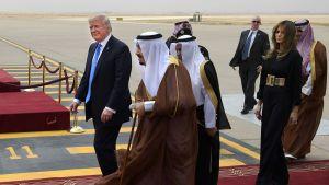 Donald Trump ja Saudi-Arabian kuningas Salman bin Abdulaziz al-Saud lentokentällä Riyadhissa 20. toukokuuta.
