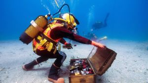 Bandol-viinin valmistusprosessiin kuuluu viinin säilöminen meren pohjassa noin vuoden ajan. Kuvassa sukeltajat noutavat Välimeren pohjassa säilytettyjä pulloja Ranskan etelärannikon edustalla 15. toukokuuta.