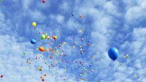 LBGT-aktivistit lähettivät lentoon värikkäitä ilmapalloja homo- ja transfobian vastaisena päivänä Pietarissa 17. toukokuuta.