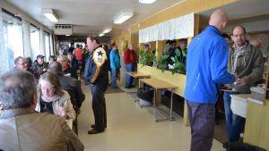 Kun Koskuen Esso avasi kahvilansa päiväksi, vanha huoltoasema pihamaineen täyttyi hetkessä.